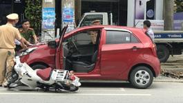Mở cửa ô tô bất thình lình, nữ sinh đâm sầm ngã trọng thương