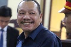 Gã giám đốc lừa 33 tỉ đồng hớn hở hầu tòa