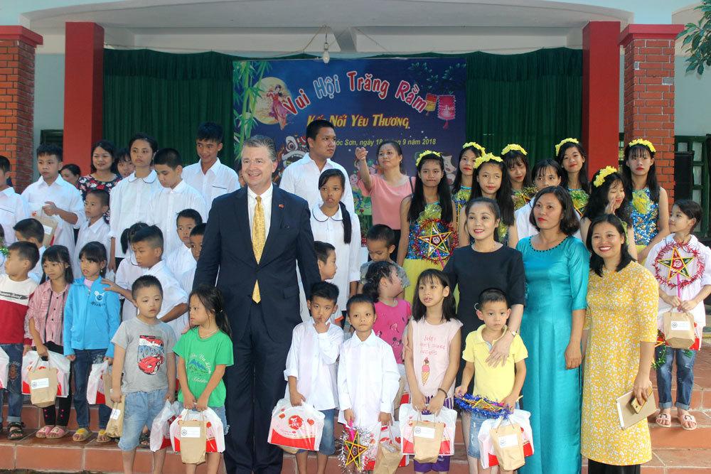 Đại sứ Mỹ hóa Ông Địa nhảy múa vui Trung thu cùng trẻ khuyết tật