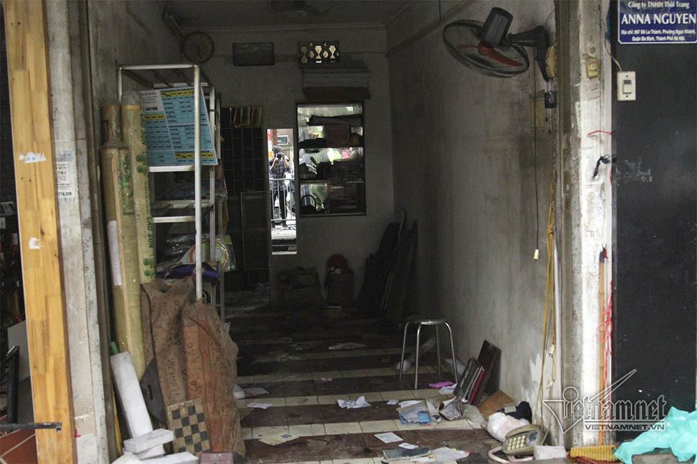 Hiện trường vụ cháy khủng khiếp thiêu rụi cả dãy nhà phố Đê La Thành