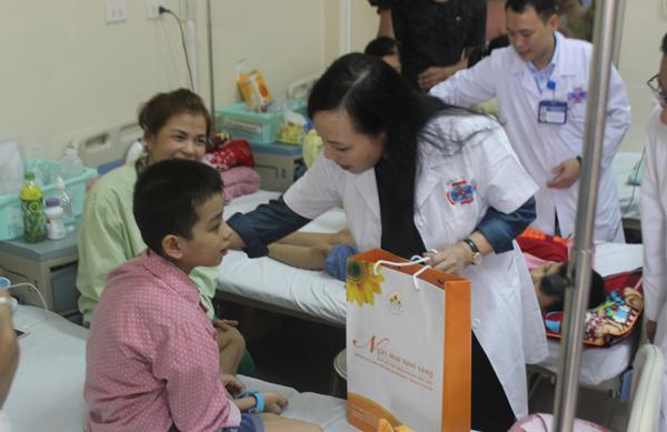 Bộ trưởng Y tế tặng quà trung thu cho bệnh nhi ung thư