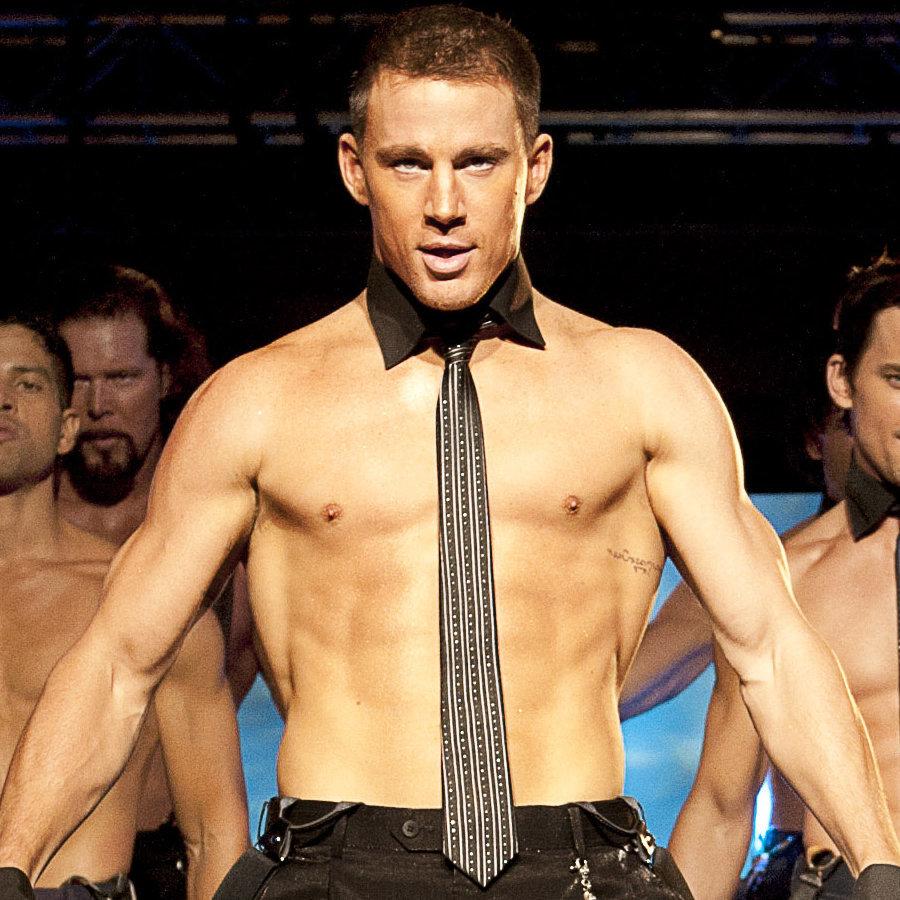 Từng là vũ công thoát y và có thân hình đáng ngưỡng mộ, Channing Tatum khiến fan phát sốt khi khoe body 6 múi cùng những vũ điệu chết người trong 'Magic Mike'.