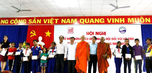Tạo việc làm, trao học bổng cho người dân huyện Tịnh Biên