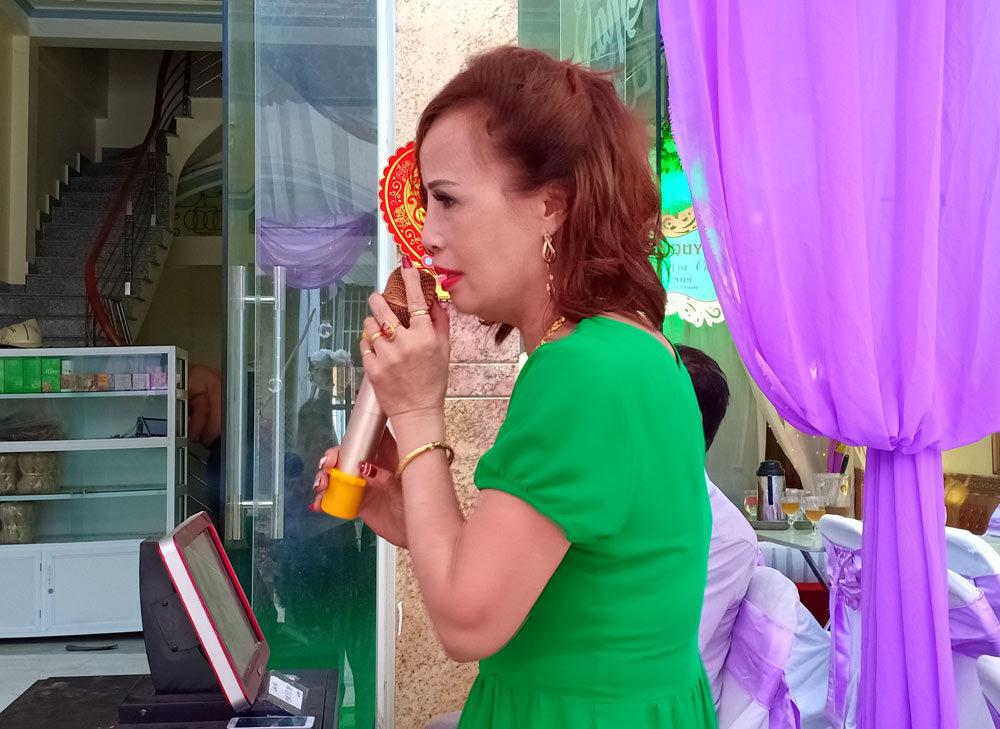 Cô dâu Thu Sao hát karaoke trong lúc chờ bạn.