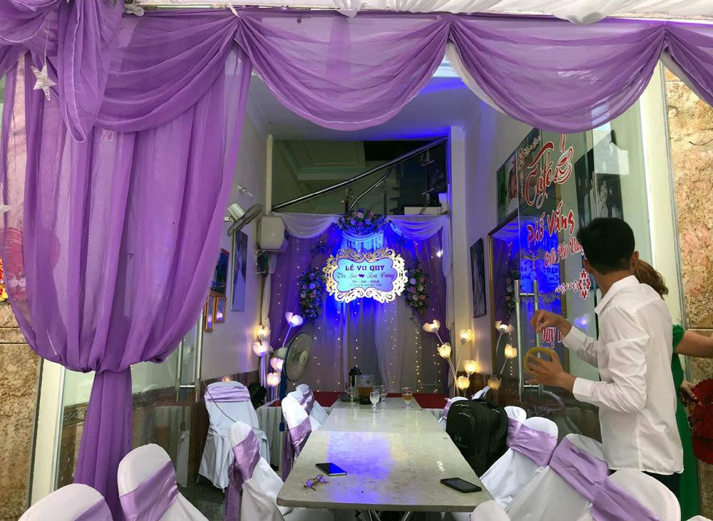 Màu sắc chủ đạo trong việc trang trí không gian cưới là trắng và tím