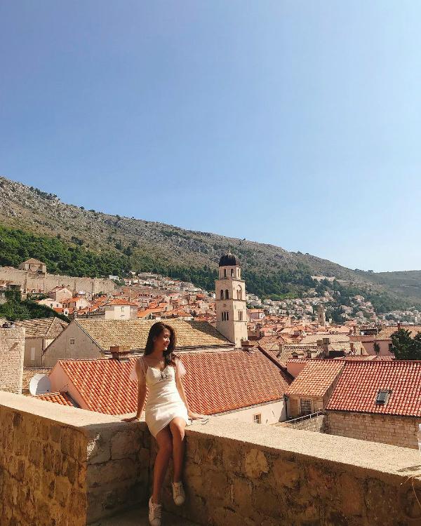 """Chụp ảnh đầy lãng mạn ở thành phố Dubrovnik, Croatia, Ngọc Thảo tâm sự: """"Không thể khiến tương lai trở nên tươi sáng nếu không làm thực tại trở nên tuyệt vời""""."""