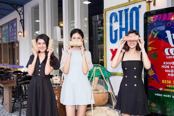 """Hoa hậu Đỗ Mỹ Linh đăng ảnh nhí nhảnh cùng với Á hậu Thanh Tú và Thùy Dung. Cô viết: """"Tụi em vẫn còn ngây thơ và khùng lắm đây này""""."""