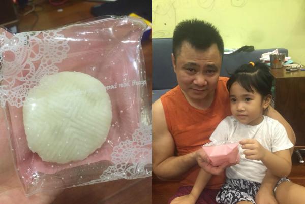 """Gần đến Trung Thu, Tự Long vui mừng khoe bánh dẻo con gái tự làm. Nghệ sĩ viết: """"Táo làm bánh dẻo trung trăng. Đem về tặng bố vừa bằng nắm tay. Bố khen táo giỏi táo hay. Táo liền cầm bánh đập ngay vào đầu bố""""."""