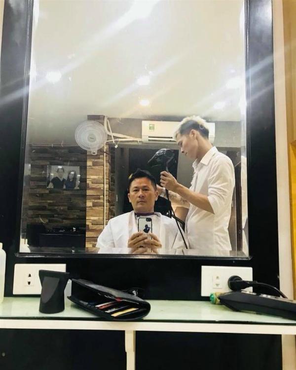 """Bằng Kiểu ghé tiệm cắt tóc để """"tút tát"""" lại nhan sắc. Nam ca sĩ viết: """"Về Sài Gòn là phải lao ra chỗ ông em""""."""