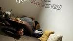 Cặp đôi hôn nhau trong quán cà phê ở Hà Nội gây xôn xao
