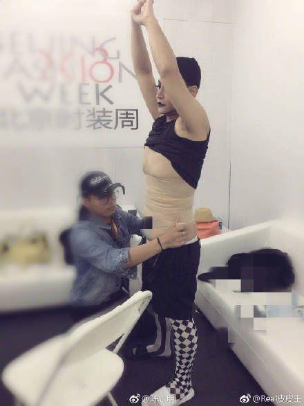 Nhĩ Thái phim 'Hoàn châu cách cách' bó eo, đi giày 20cm