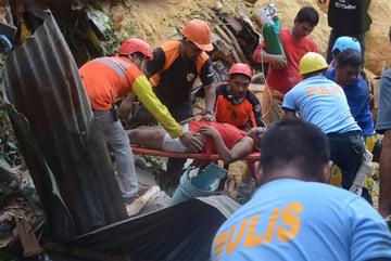 Tiếng kêu đau đớn dưới hàng chục ngôi nhà bị đất vùi ở Philippines
