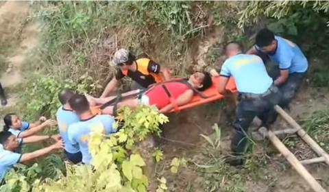 Những tiếng kêu đau đớn vọng lên từ 20 ngôi nhà bị đất vùi ở Philippines