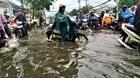 Mưa xối xả cuối chiều, người Sài Gòn lại 'tả tơi' bởi lội nước, kẹt xe