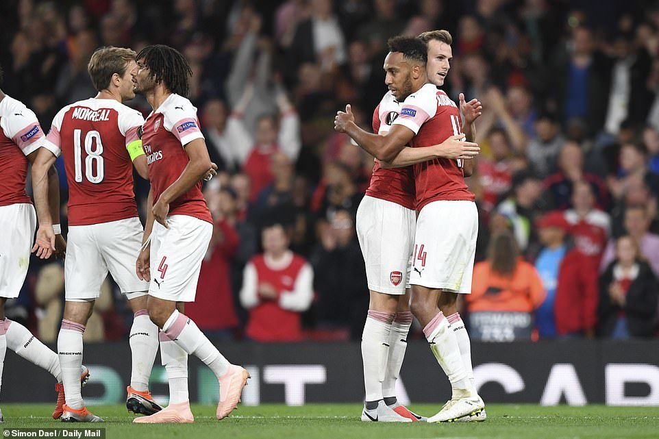 Arsenal khởi đầu như mơ, Chelsea thắng nhọc