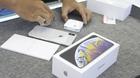 Mở hộp chiếc iPhone XS Max đầu tiên về Việt Nam giá 68 triệu đồng