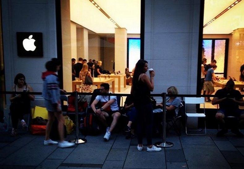 iFan lại chen chúc xếp hàng chờ mua iPhone mới