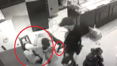 Clip: Chủ tiệm vàng Trường Ký chống trả những tên cướp mang hung khí