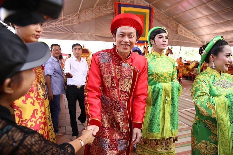 Sao Việt đổ về nhà thờ trăm tỷ của Hoài Linh ngày giỗ Tổ nghề