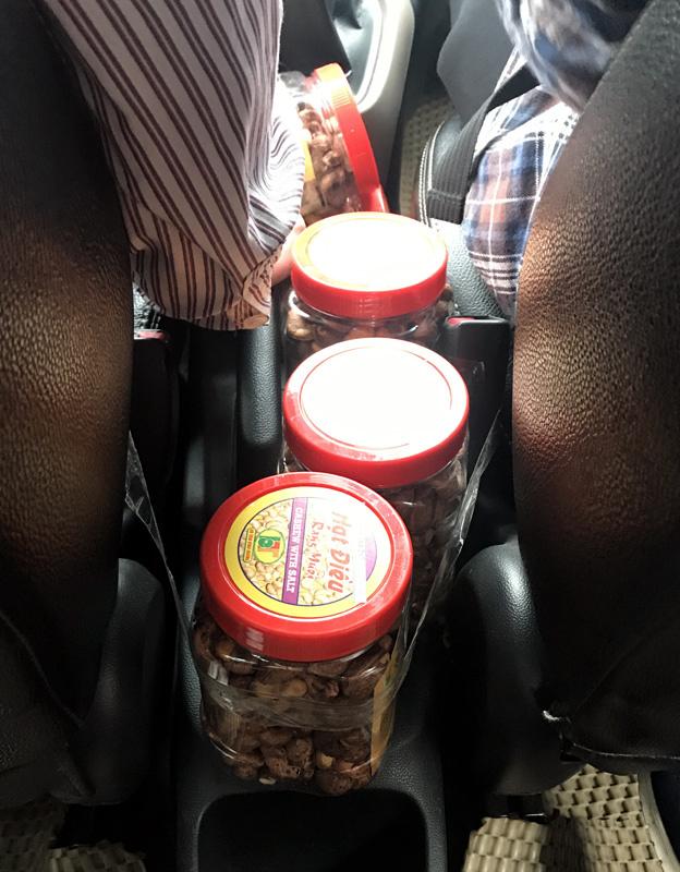 Chèn hạt điều khắp ô tô: Anh taxi vui tính tháng kiếm thêm ngàn USD