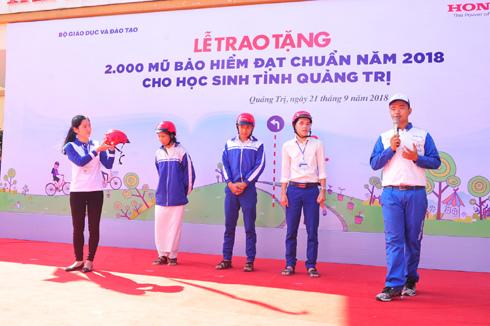 Honda Việt Nam tặng mũ bảo hiểm cho 2000 HS Quảng Trị