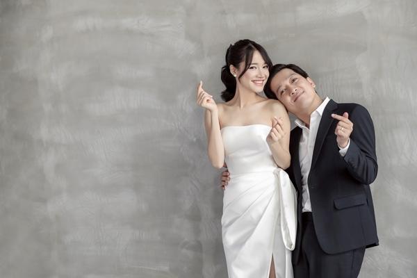 Trường Giang - Nhã Phương đi dép tổ ong chụp ảnh cưới