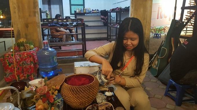 Du khách nước ngoài bất ngờ trước không gian Trung thu thời bao cấp ở Hà Nội