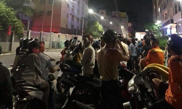 Cháy chung cư cửa ngõ Tân Sơn Nhất, dân nháo nhào tháo chạy