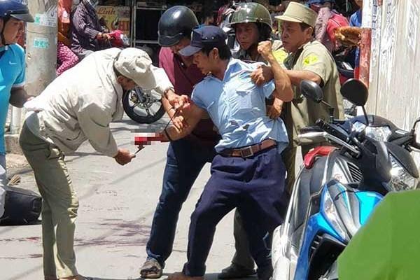 Tố bị quỵt tiền công, một người cướp dao rạch tay giữa chợ