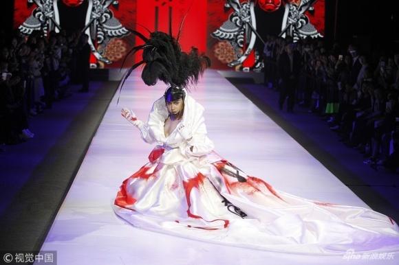 Tài tử 'Hoàn Châu cách cách' ngã vì mặc váy, đi giày cao gót