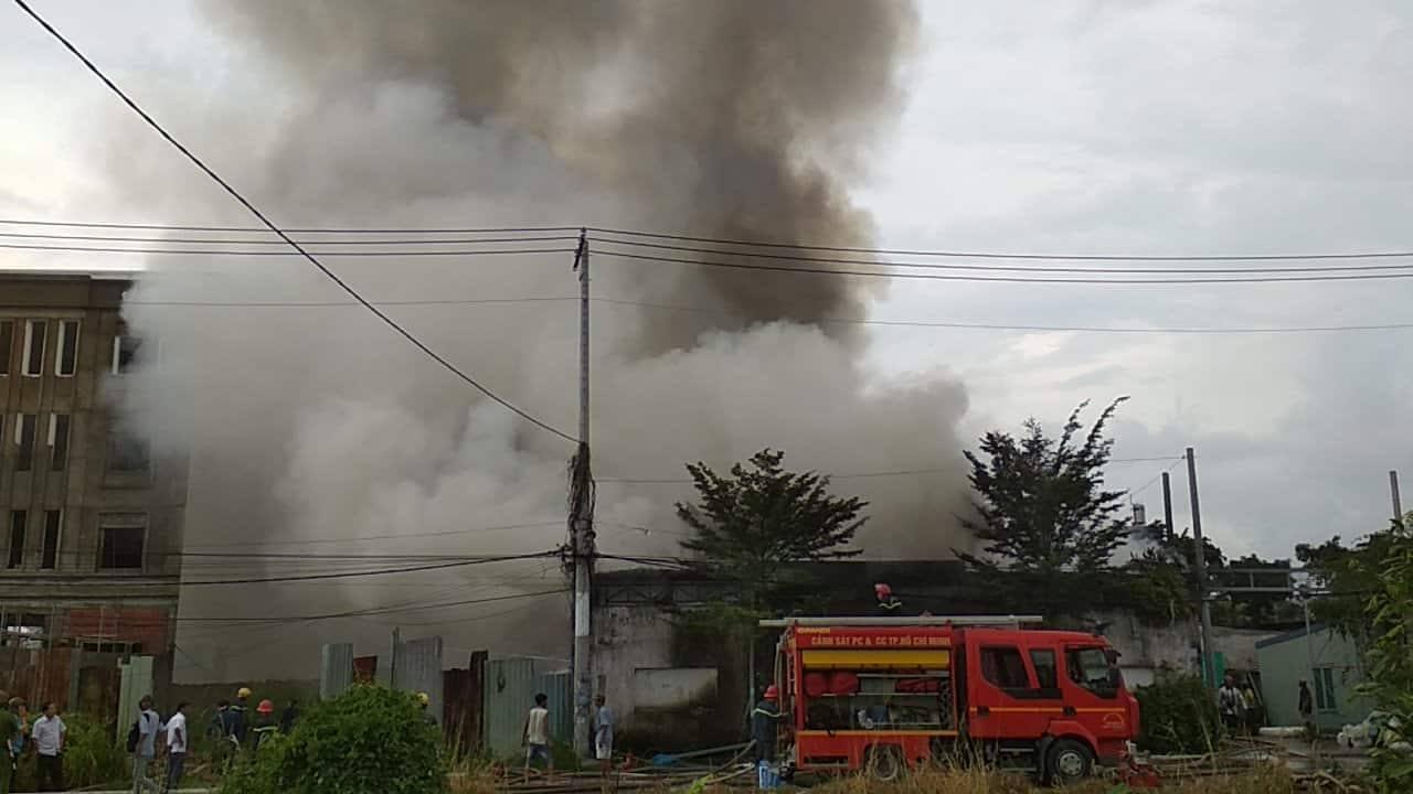 Nhà xưởng hàng trăm m2 cháy ngùn ngụt giữa trưa ở Sài Gòn