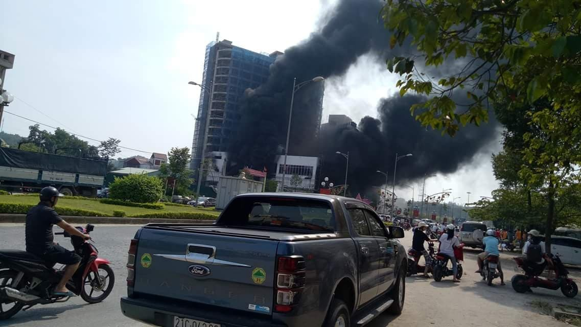 Cháy dữ dội tại tòa nhà cao nhất TP Yên Bái