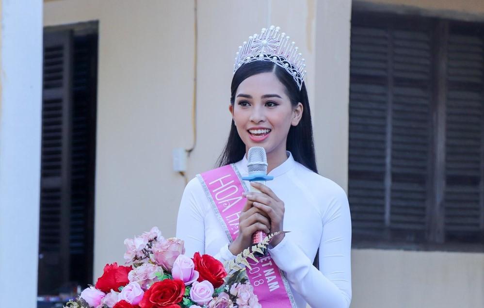 Hoa hậu Tiểu Vy về trường cũ ở Hội An tặng học bổng, dự lễ chào cờ