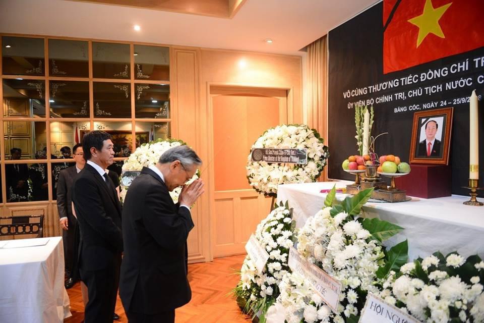 Thủ tướng Thái Lan đến Đại sứ quán Việt Nam viếng Chủ tịch nước