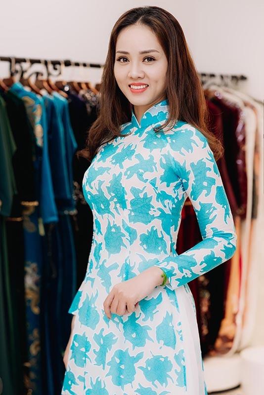 Bạn gái kém 15 tuổi của Công Lý một mình đi thử áo dài