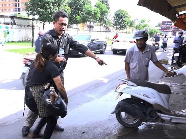 Náo loạn rượt đuổi người bán thịt chó giữa phố Sài Thành