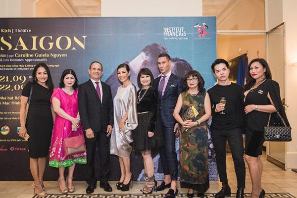 Doanh nhân Valencia Trần rạng rỡ dự ra mắt kịch 'Sài Gòn'