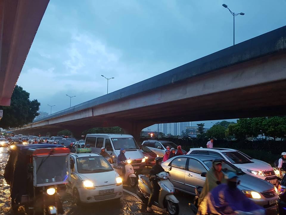 Cảnh ở Hà Thành, bật điện thoại đứng dưới mưa ngao ngán nhìn nhau