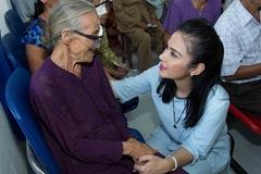 Việt Trinh giúp 120 người nghèo mổ mắt