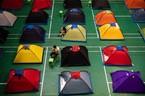 Bố mẹ cắm trại gần trường chăm sóc con vào đại học