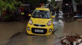 Mở cửa xe, tài xế taxi bị cuốn trôi xuống cống