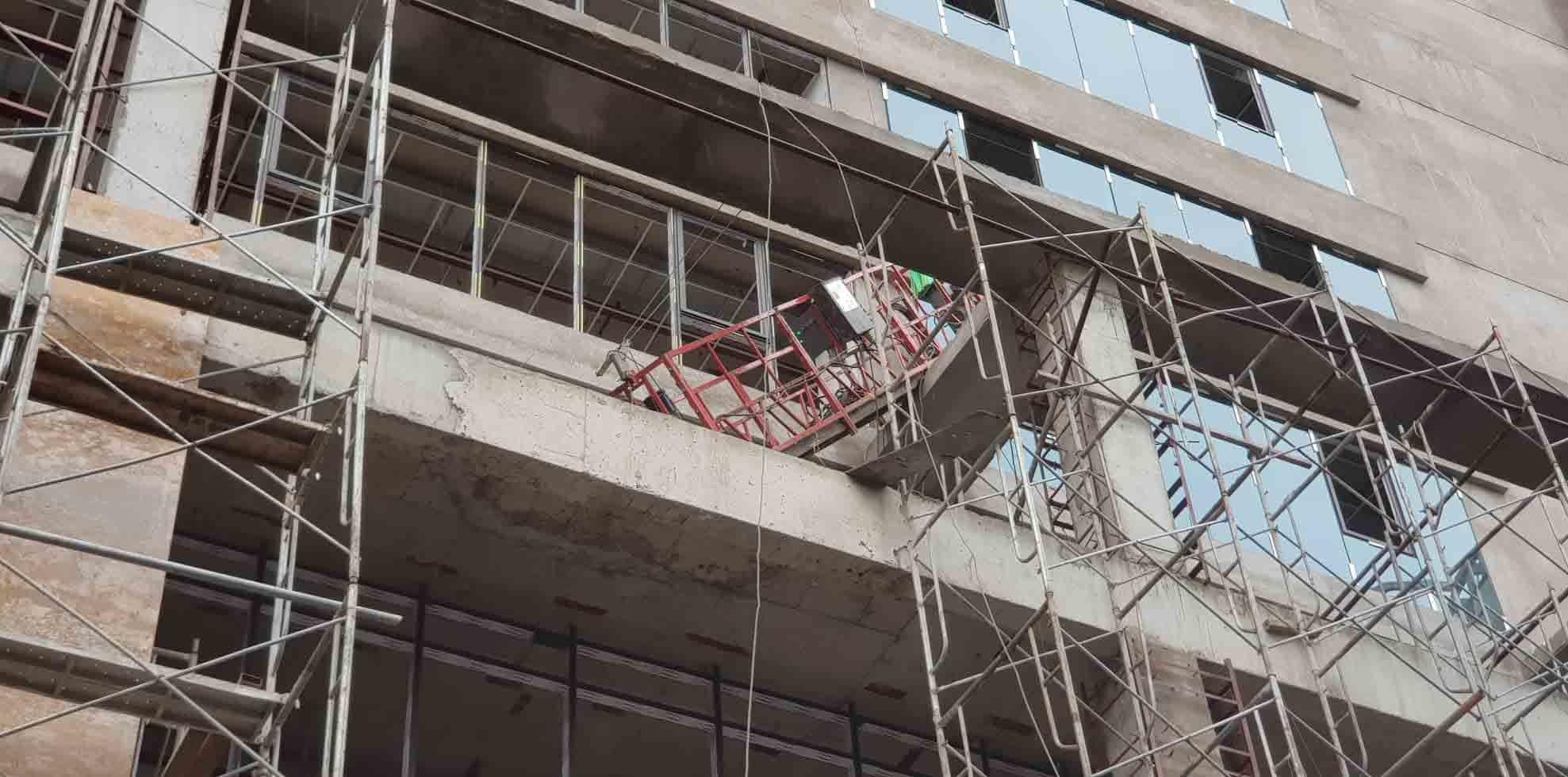 Nguyên nhân thanh sắt từ tòa nhà đang xây rơi chết người đi đường