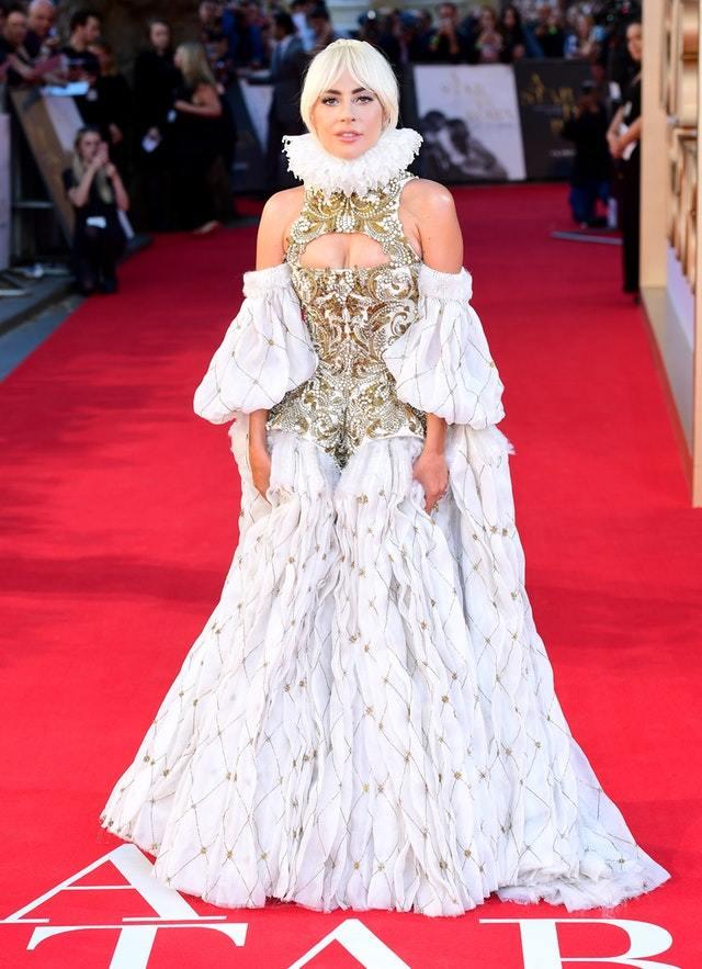 Lady Gaga diện đầm quý tộc o ép vòng một dự ra mắt phim