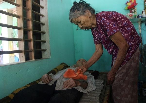 Cụ bà 86 tuổi chăm chồng bại liệt: 'Chỉ mong ông ấy đi trước'
