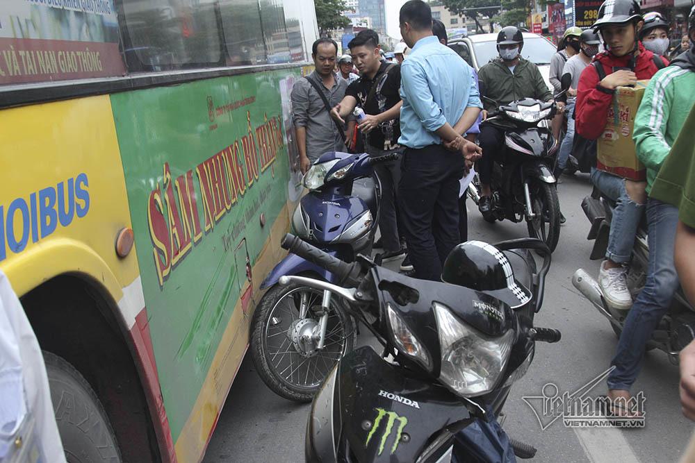 Hà Nội: Tai nạn liên hoàn 7 xe, ô tô chồm nuốt xe máy