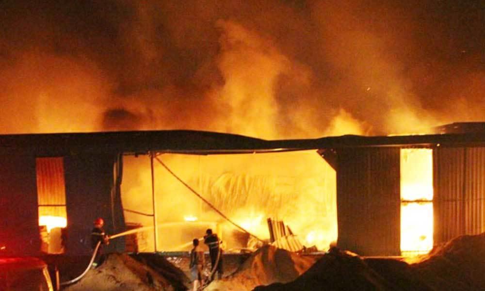 'Biển lửa' bao trùm công ty chế biến gỗ ở Bình Dương