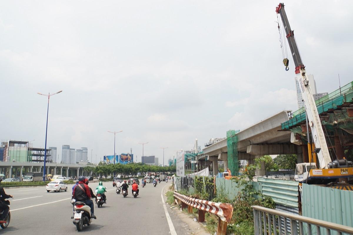 Cần cẩu vươn dài ra đường, 'thần chết' lơ lửng trên đầu người Sài Gòn