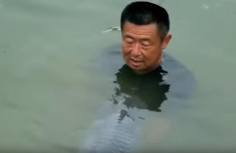 Câu được cá trắm đen khổng lồ, người đàn ông bị kéo xuống hồ
