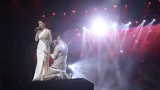Ưng Hoàng Phúc quỳ trước Phạm Quỳnh Anh trên sân khấu tái hợp