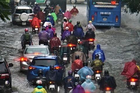 Mưa biến phố thành sông, người Sài Gòn băng băng rẽ sóng